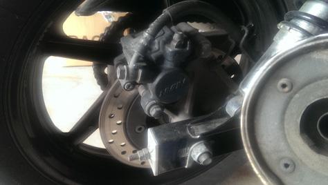 changement-plaquette-frein-moto-AR-1-IMAG0327